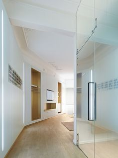 El estudio de arquitectura Ippolito Fleitz Group fue el encargado de llevar a cabo el diseño de esta clínica dental, ubicada en un histórico edificio del distrito Neuhausen-Nymphenburg, en Munich (Alemania). El intenso color blanco de su interiorismo, que da …