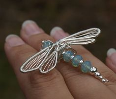 Wire Wrapped Dragon Fly - no tute. Beaded Dragonfly, Dragonfly Jewelry, Sea Glass Jewelry, Metal Jewelry, Beaded Jewelry, Wire Crafts, Jewelry Crafts, Jewelry Art, Jewelry Design