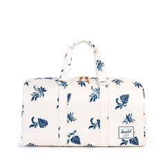 Featuring a removable shoulder strap and Herschel Supply's signature shoe compartment, the Novel duffle is ideal for weekend getaways. Signature striped fabric