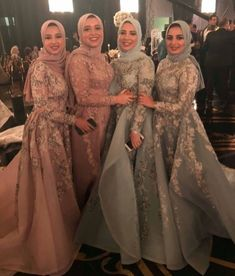 Brides dream of having the most appropriate wedding day, however for this they require the best wedding outfit, with the bridesmaid's dresses actually complimenting the brides dress. These are a few suggestions on wedding dresses. Hijab Prom Dress, Hijab Evening Dress, Hijab Style Dress, Muslim Wedding Dresses, Hijab Outfit, Bridal Dresses, Evening Dresses, Dress Outfits, Prom Dresses