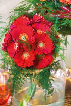 Small red gerberas in a glass vase #orangegerberas #redgerberas #inspiration #colouredbygerbera #dutchgerbera