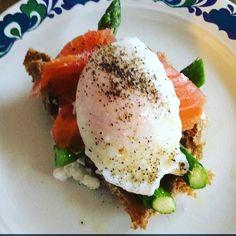 Trouxinha de salmão defumado com ovo poché. To me achando que agora sei fazer esse ovo direito!  Tem o modo de fazer lá no meu xxxxnap  Vem gentyyy #snapsave  myrapilates by myrapilates