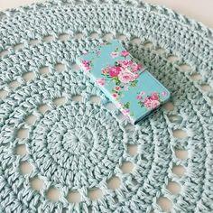 Goeiemorgen lieve IG-ers!❤ Gisteren het vloerkleed bijna af gekregen! Vanavond het laatste stukje en dan kan hij de kamer van een klein meisje sieren. #interieur #homedeco #rug #vloerkleed #haken #crochet #pastels  #cutestuff #patroonopblog