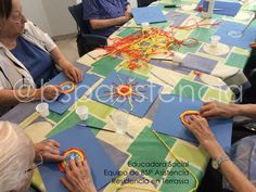 Residencias en Directo: Preparant sols fets amb paper de seda i cartolines blaves per decorar l'espai a l'estiu! #EducadoraSocial Equipo de @bspasistencial Residencia en #Terrassa #GentGran #personasMayores #Alzheimer #Parkinson #Residenciasgeriatricas #Centrosdedia #Barcelona #girona #tarragona