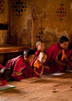 This pin shows students at a monastery in Tibet. These children are going to school to become a monk. Buddhist Monk, Tibetan Buddhism, We Are The World, People Of The World, Bhutan, Nepal, Le Tibet, Samurai, Little Buddha