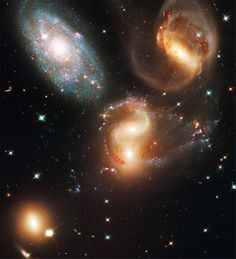 """""""Stephans Quintett"""" (auch Hickson Kompaktgruppe 92 genannt). Während die blauen Punkte junge Sterne markieren, sind die roten Flecken alte Sterne."""