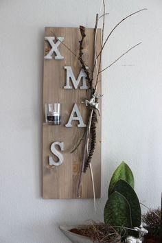 AW40 – Weihnachtswanddeko! Holzbrett natürlich dekoriert mit X-MAS Schriftzug aus Holz, einem kleinen Hirschen und einem Teelichtglas! Preis 29,90€