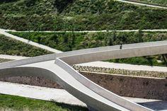 Concrete. Grupo Aranea - El Valle Trenzado Pedestrian Bridge