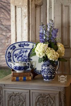 Beautiful flowers accentuated by antique flow blue accessories. I just love blue and white pieces. Blue Dishes, White Dishes, Blue And White China, Love Blue, Flow Blue China, Vibeke Design, Keramik Vase, Chinoiserie Chic, White Rooms