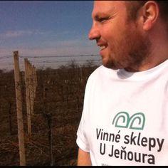 http://www.ujenoura.cz - Krásné prostředí vinohradů na Slovácku a skvělý výběr moravských vín, domácích dobrot z vlastní udírny a špičkové gastronomie, to je nabídka Vinných sklepů U Jeňoura v Nechorech u Břeclavi. Rozhodně doporučuji!!! Pavel z Nosím Vaše Triko