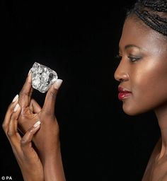 478 ct Diamond found in a South African mine! Crystals Minerals, Rocks And Minerals, Crystals And Gemstones, Stones And Crystals, Gem Stones, Uncut Diamond, Rough Diamond, Diamond Gemstone, Black Diamond