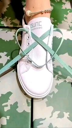 Ways To Lace Shoes, How To Tie Shoes, Ways To Tie Shoelaces, Diy Fashion Hacks, Fashion Tips, Shoe Lacing Techniques, Diy Clothes And Shoes, Creative Shoes, Shoe Crafts