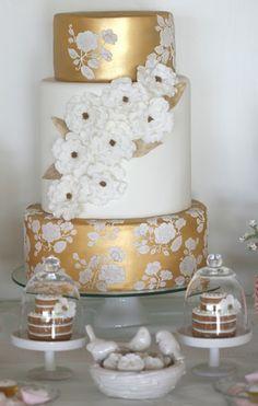 Tartas de boda - Wedding Cake - Gorgeous gold and white cake Beautiful Wedding Cakes, Gorgeous Cakes, Pretty Cakes, Amazing Cakes, Gold And White Cake, White Gold, Bolo Cake, Tier Cake, Take The Cake