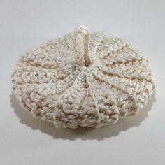 Simplicité et naturel pour ce tawashi 100% coton écru, 10 cm.