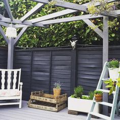 Homebase Purple Garden Furniture - Purchasing new furniture can be very expensive and the same is true with furniture. Diy Garden, Shed Colours, Garden Fence Paint, Painted Garden Furniture, Front Garden, Black Garden, Grey Fences, Diy Garden Decor, Cuprinol Urban Slate