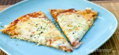 Pizza er og blir en favoritt. Denne med tre oster er veldig smakfull, spesielt hvis du er raus med parmesan. Bruk de ostene du liker eller hva du måtte ha tilgjengelig. Serveres rykende varm i sofaen foran favorittserien din!  Prøv denne smakfulle vegetarretten eller en av våre mange andre vegan- og vegetaroppskrifter.