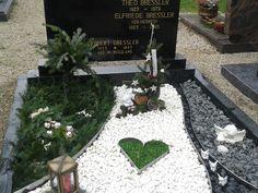Grab gestalten Weihnachten Kwanzaa, Diwali, Decor Crafts, Diy And Crafts, Cemetery Statues, Cemetery Decorations, Sympathy Flowers, Zen, Funeral Flowers