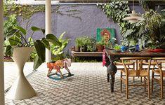 Na casa da arquiteta Daniela Ruiz um dos grandes destaques é o vaso Spindel, design de 1951, assinado pelos suíços Anton Bee e Willy Guhl. O item traz um toque moderno para o cantinho verde