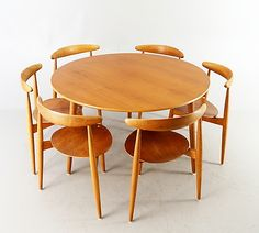 Hjertestolar formgivna 1952.   6 stolar  Rygghöjd 74 cm   Bord  Höjd 70 cm  Diameter 120 cm