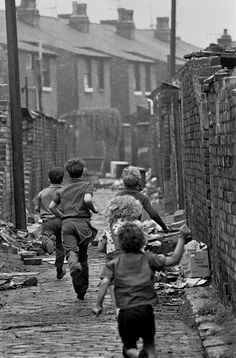 25 pictures that show brutal reality of poverty in and Manchester and Salford Vintage Pictures, Old Pictures, Old Photos, Salford, Slums, Expo, The Good Old Days, Street Photography, Poverty Photography