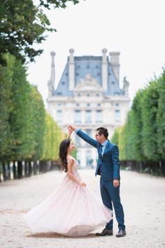 Must have Paris photo : The Iconic Twirl. Whether you have a gorgeous dress or you'd like to swing your hair, the hair allows for timeless dancing photos! #parisphotographer #parisengagement #eiffeltower www.theparisphotographer.com