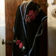 Unique/Mantella panno di lana nero con fiori/Shawl whit flower/Shawl black/Bohochic/Crocheted/Cappa/Cape/Coprispalle/Floreal