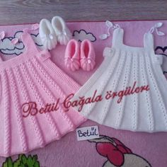 Crochet pink and gray baby dreWhite crochet baby dress set wThis Pin was discovered by Irm Girls Knitted Dress, Knit Baby Dress, Knitted Baby Clothes, Crochet Baby Dress Pattern, Baby Dress Patterns, Baby Knitting Patterns, Baby Set, Knitting For Kids, Diy Dress