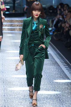 Herbstrend: Dark Green. Erfahre alles über die Trendfarbe im Herbst und entdecke die coolsten Must-Haves!