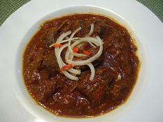 Očištěné, omyté a osušené maso nakrájíme na kostky 3-4 cm velké, cibuli nasekáme nahrubo. V hluboké pánvi rozpustíme sádlo, přidáme olej -... Czech Recipes, Chili, Soup, Beef, Red Peppers, Meat, Chile, Soups, Chilis