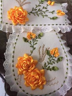 Banheiro Ribbon Embroidery Tutorial, Embroidery Flowers Pattern, Embroidery Motifs, Learn Embroidery, Silk Ribbon Embroidery, Flower Patterns, Ribbon Art, Ribbon Crafts, Flower Crafts