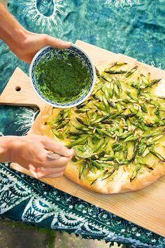 Kartoffelpizza mit würziger Bärlauchsauce - Wenn grüner Spargel und Bärlauch gemeinsam auf einer Pizza landen, muss man ganz schön schnell zugreifen. Bei diesem Rezept bleibt nichts übrig!