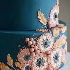 Cake decorating isn't quite as hard as it looks. We look in the elaborately decorated sculptures and texture entirely intimidated. Listed below are a couple of straightforward suggestions and tips to get your cake decorating job a win Pretty Cakes, Cute Cakes, Beautiful Cakes, Amazing Cakes, Bolo Cake, Painted Cakes, Piece Of Cakes, Fancy Cakes, Fancy Desserts