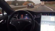 Tesla na diaľnici úplne bez vodiča