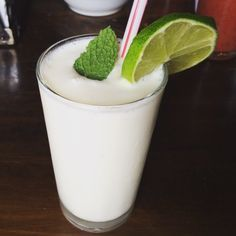 Limonada de coco (I can drink this the rest of my life) Milk Shakes, Smoothie Drinks, Smoothies, Healthy Drinks, Healthy Recipes, Cooking Recipes, Dominican Food, Colombian Food, Fruit Water