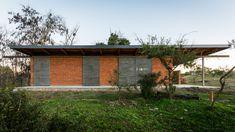 ACasa BSO é implantada em umentorno natural próximo ao Rio Segundo. Contida por um bosque, a casa recebe sombras nas fachadas ao…