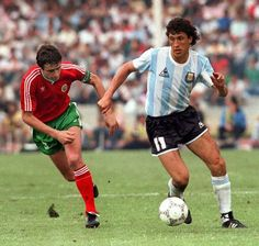 Argentina 2 Bulgaria 0 in 1986 in Mexico City. Jorge Valdano takes on Alexsandr Markov in Group A at the World Cup Finals. Mexico 86, Mexico City, World Football, Sport Football, Good Soccer Players, Football Players, Bulgaria, National Football Teams, World Cup Final