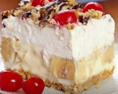 Rich, creamy and delicious dessert – with all the ingredients includes in this easy banana split cake, this recipe will be one you make again and box graham cracker crumbs Dessert Parfait, Bon Dessert, Köstliche Desserts, Delicious Desserts, Yummy Food, Dessert Healthy, Hot Fudge, Food Cakes, No Bake Banana Split Dessert Recipe