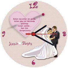 Evli Ve Aşık Duvar Saati sizi sevgililer günü hediyesinden kurtaracak, aşkınıza yazdığınız mesajla onu çok mutlu edecektir. Kalplerle ve aşkla dolu Evli Ve Aşık Duvar Saati sevgililer günü hediyeniz için Buldumbuldum.com'da