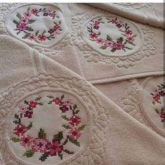 """Instagram'da kanavıceornek: """"@hobi.ceyiz.dunyasi ellerinize sağlık çok güzel olmuş 💞💗💞"""" Towel Boy, Baby Towel, Towel Embroidery, Hand Embroidery Designs, Beaded Cross Stitch, Baby Knitting Patterns, Cross Stitching, Needlework, Instagram"""