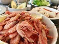 Reker og kongekrabbe med avokado og tomatsalat Shrimp, Food, Meal, Essen, Hoods, Meals, Eten