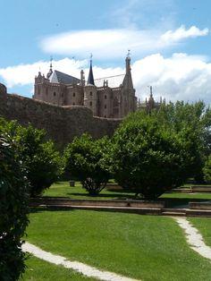 Palacio arzobispal y muralla. Astorga. Spain.