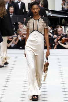 Burberry Prorsum Londra - Spring Summer 2016 Ready-To-Wear - Shows - Vogue. Fashion Week 2016, Runway Fashion, High Fashion, Fashion Show, Fashion Design, London Fashion, Women's Fashion, Burberry Prorsum, Spring Summer 2016