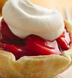 Fresh Strawberry Tarts recipe- It's easier than you think: The tart shells are made with an inverted muffin pan. Pie crust rounds are draped over the inverted cups and baked. Then, just fill and enjoy! Good Desserts To Make, Fun Desserts, Delicious Desserts, Dessert Recipes, Yummy Food, Fruit Recipes, Summer Recipes, Awesome Desserts, Summer Desserts