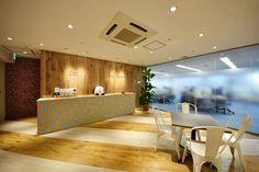 オフィスデザイン実績~テラスをイメージした広々エントランス。木目調で温かみがありつつも斬新さをプラス。