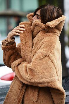 Carine Roitfeld - Style Inspiration Carine Roitfeld in a cozy teddy bear coat style fashion fall winter streets Looks Street Style, Looks Style, Looks Cool, Style Me, Winter Wear, Autumn Winter Fashion, Fall Winter, Look Fashion, Womens Fashion