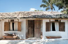 the Style Files: a rustic beach house in bahia, brazil Style At Home, Beach Shack, Tropical Houses, Tropical Gardens, Beach Cottages, Beach Houses, Coastal Living, Cottage Living, Modern Coastal