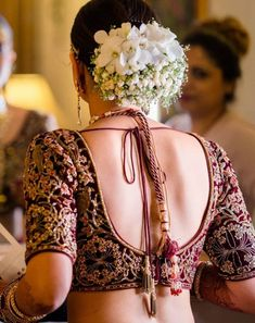 Bridal buns are the go-to hairdo for brides on their wedding day! Most brides that opt for a double dupatta, opt for a bun. Along with that, many brides are opting for bridal hair buns for sangeet nig. Bridal Hairstyle Indian Wedding, Indian Wedding Bride, Bridal Hair Buns, Bridal Hairdo, Indian Bridal Hairstyles, Bride Hairstyles, Plaits Hairstyles, Stylish Blouse Design, Bridal Blouse Designs