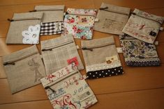 Collection of handmade recipes that can be made with surplus cloth Pouch Bag, Zipper Pouch, Handmade Crafts, Handmade Items, Denim Bag, Small Quilts, Handicraft, Bag Accessories, Purses And Bags