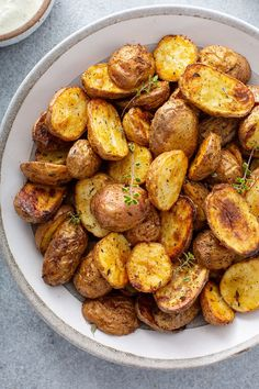 Want to make roasted potatoes but don't want to turn on the oven? Grab your air fryer and make these Air Fryer Roasted Potatoes instead! Air Fryer Oven Recipes, Air Frier Recipes, Slow Cooker Recipes, Cooking Recipes, Side Dishes Easy, Side Dish Recipes, Dinner Recipes, Air Fried Food, Air Fryer Healthy