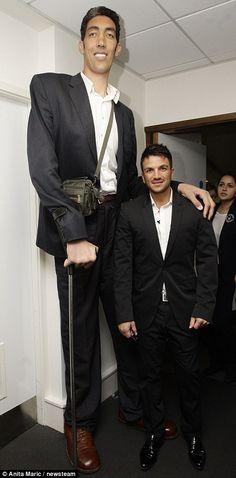 worlds tallest man ✈ #lamistardilocast #handicapé #malformation #impressionnant #disabled #malformation #impressive #homaj_rajtoj #misformo #impresaj #disabili #malformazione #impressionante #malformación ✈
